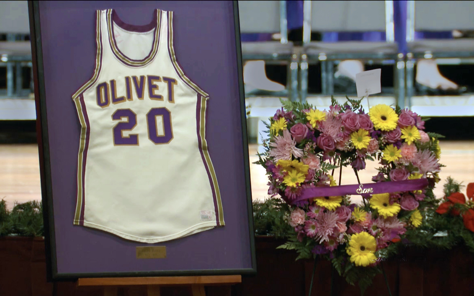 Ralph Hodge basketball jersey at funeral service Dec 3 2018.jpeg